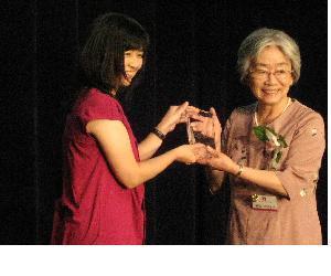 Kamiyama Michiko (r) receives Avon Award